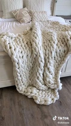 Diy Crafts Hacks, Diy Home Crafts, Diy Arts And Crafts, Cute Crafts, Chunky Blanket, Thick Knitted Blanket, Big Knit Blanket, Chunky Knit Throw, Art Diy