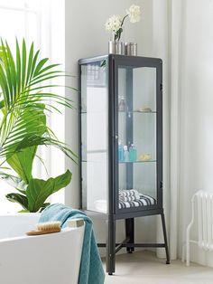 Vitrina Fabrikör, de Ikea, en acero y vidrio templado