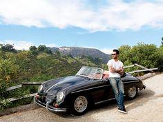 Adam Levine posa para la cámara de Architectural Digest con un Porsche Speedster de 1958. | Galería de fotos 1 de 10 | AD MX
