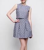 Sukienka mini jednoczęściowa, imitująca dwuczęściowy komplet, uszyta z tkaniny w lekko wypukły wzór niebiesko-granatowych serc na jasnym tle (bawełna 28% poliester 70% elastan 2%). Liczne zaszewki przy talii i dekolcie tworzą ciekawą geometryczną strukturę, która buduje oryginalną linię sukienki. Spodnia warstwa góry to prześwitujący szyfon w kolorze granatowym. Bez rękawów, kieszenie w szwach bocznych.