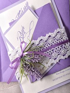 Invitación de boda en morado decorada con lavanda ¿te gusta?