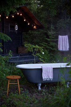 Vihreä talo & Tikkurila Suomi Bathtub in the garden Sauna Outdoor Bathtub, Outdoor Bathrooms, Cabins In The Woods, House In The Woods, Romantic Bathtubs, Swedish Cottage, Cast Iron Tub, Deco, Natural Bathroom
