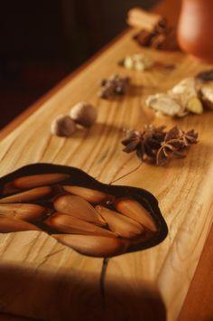 El piñon es un fruto tradicional del sur de Chile y fruto sagrado para el pueblo mapuche. Proviene de un árbol milenario llamado araucaria.   Pieza única que le otorga carácter y distinción a cualquier ambiente, poniendo en valor los elementos culturales tradicionales. Cinnamon Sticks, Chile, Spices, Kitchen, Food, Epoxy, Wooden Boards, Traditional, Spice