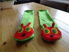 Van een stukje tricot en vilt deze twee handpoppen van rupsje nooitgenoeg gemaakt. Je zou ook een groene sok kunnen gebruiken.
