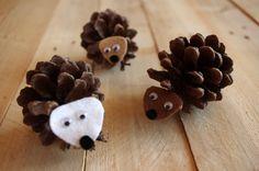 Ježci ze šišek - Ježky ze šišek si můžete na podzim s dětmi vyrobit velice jednoduše. Na zužující se část šišky přilepíte obličej z plsti.  ( DIY, Hobby, Crafts, Homemade, Handmade, Creative, Ideas)