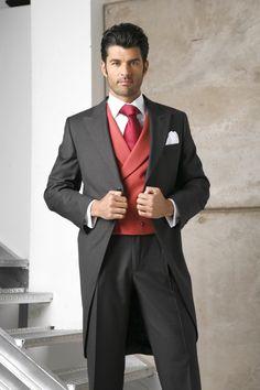 chaque y pantalon del mismo color con chaleco rojo cruzado