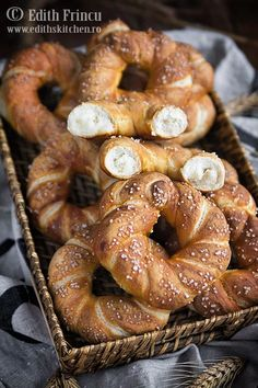 Covrigi are Romanian baked goods similar to pretzels. They consist of salted bread topped with poppy seeds, sesame seeds or large salt grains. Baby Food Recipes, Bread Recipes, Vegan Recipes, Edith's Kitchen, Tapas, Romanian Food, Bread And Pastries, Bread Rolls, Sweet Cakes
