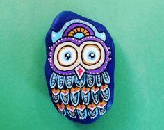 Owl Rock 1 de peint à la main par DoodlingRocks sur Etsy