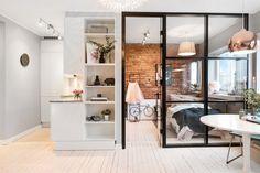 W niezbyt dużym salonie wydzielono kameralną strefę do spania. Mała sypialnia mieści się za przeszkloną ścianą, co...