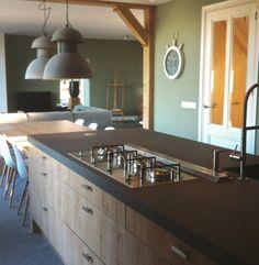 Keukeneiland met tafel aan het eiland vast New Kitchen, Kitchen Dining, Kitchen Island, Future House, Sweet Home, Home And Garden, Doors, Cooking, Home Decor