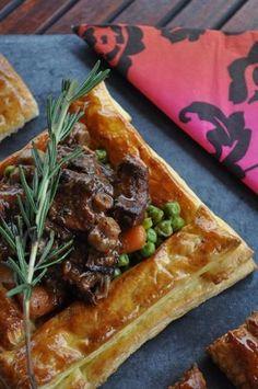 Beef Bourguignon Pies .. ooh la laa!! Tres facile aussi! Savoury Pastry Recipe, Pastry Recipes, Pie Recipes, Savoury Pies, Recipies, Empanadas Recipe, Wine Dinner, Beef Bourguignon, Savory Tart