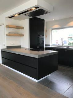 Maatwerk keukens, design. Zwart eikenhout met betonlook blad. Stuclook wanden. Gerardkeukens.nl