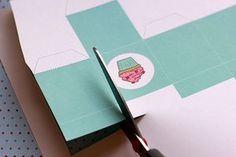 Instrucciones   plantilla imprimible para hacer una caja de 2x2. Puedes usar estas cajas de adorno o llenarlas de pequeños regalos o dulces y darlas como sorpresas.: Corta los bordes
