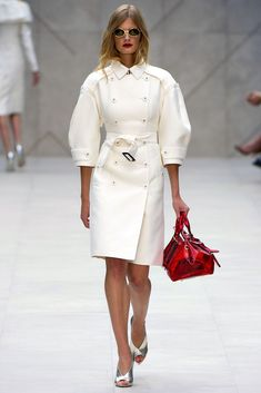 Celebrities who wear, use, or own Burberry Prorsum Spring 2013 RTW Balloon-Sleeved Trench Coat. Also discover the movies, TV shows, and events associated with Burberry Prorsum Spring 2013 RTW Balloon-Sleeved Trench Coat. White Fashion, Look Fashion, Runway Fashion, Fashion Show, Autumn Fashion, Fashion Design, Net Fashion, Fashion Beauty, Burberry Prorsum