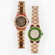 WGG Series Full Wood Red. Orologio realizzato interamente in legno con cassa da 40mm e cinturino da 25mm regolabile, con clip di chiusura in acciaio. Questo orologio è la massima espressione di meticolosa abilità artigianale e design italiano