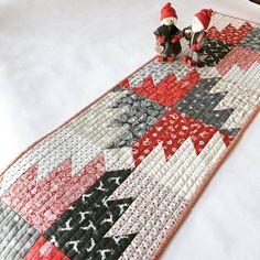 Christmas table runner in red and gray #tabletop #tablerunner #tabledecor #christmasdecor #quilted #quiltedrunner #homemade #handmade #holiday #quiltspiration