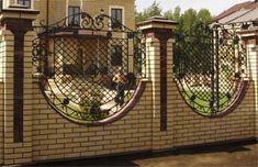Кирпичный забор с ажурной ковкой