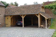 Eiken aanbouw deels carport, berging en houtopslag. Dak is voorzien van oude Bourgondische tegelpannen.