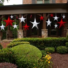 Create an inviting welcome and stunning curb appeal with Christmas porch decoration ideas for every style! Christmas Porch, Christmas Star, Christmas Lights, Christmas Holidays, Christmas Ornaments, Christmas Ideas, Star Decorations, Christmas Decorations, Holiday Decor