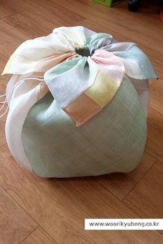 안녕하세요. 이웃님들~~ 정말 오랫만에 포스팅해요~~ 그동안 정말 바빴답니다. 여기저기 페어에 참... Japanese Gift Wrapping, Japanese Gifts, Japanese Textiles, Japanese Fabric, Asian Fabric, My Sewing Room, Patchwork Patterns, Fabric Bags, Ribbon Crafts