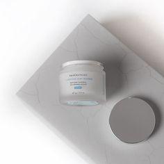 Hoje eu fiz o teste da Clarifying Clay Masque o lançamento da @skinceuticalsbrasil {} É a primeira máscara dermatológica com argilas desintoxicantes e blend de ácidos renovadores que fazem uma revitalização imediata da pele e controle duradouro da oleosidade. Limpa e restaura a pele... Usei hoje e adorei... Falei tudo sobre esse lançamento lá no blog! Link acima no perfil! #poderskinceuticals  #skinceuticalsbrasil #beleza #facecream #instalike #instabeauty #chriscastro #girisbioggers…