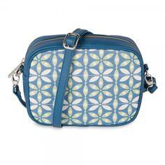 Bolso Bandolera Leo Azul de Sanyuri, con diseño propio inspirado en las baldosas hidraúlicas del Mediterráneo