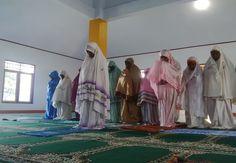 Penjelasan lengkap terkait hukum dan Hadis Perempuan Menjadi Imam Shalat bagi Laki-Laki berdasarkan komentar ulama hadis maupun ulama fiqh...