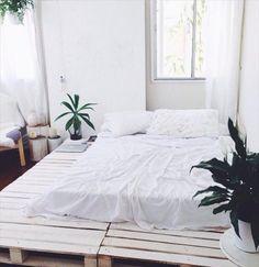 Grande plateforme pour le lit avec des palettes  http://www.homelisty.com/lit-en-palette/