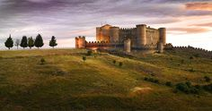 CASTILLO DE BELMONTE (CUENCA) Este castillo palaciego que data del siglo XV posee un patio de armas triangular, rareza solo vista en castillos escoceses. Abierto al público desde 2010, sus salas cuentan la historia de la construcción