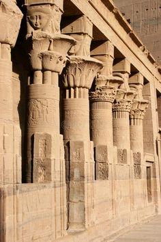 Columnata en el Patio Interior del TEMPLO DE ISIS en Filae. Reubicado en la isla Agilkia del lago Nasser cerca de Asuán.