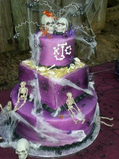 58 Simple And Elegant Halloween Wedding Cake Ideas in Purple - VIs-Wed Wedding Cake Images, Diy Wedding Cake, Purple Wedding Cakes, Best Wedding Favors, Wedding Ideas, Wedding Stuff, Halloween Cupcakes, Halloween Wedding Cakes, Scary Cakes