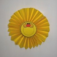 Paper Fan Sun. You can have lots of sunshine even on rainy days when the kids make their own Sun. www.freekidscrafts.com