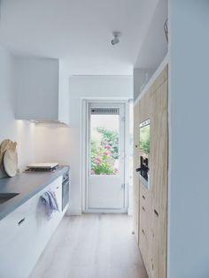 Kuchnie są schludne, proste, łatwe w utrzymaniu czystości, blaty ( zmora naszych polskich domów ) niezagracone. Een klein huis maar grote wensen? http://www.vanwanrooij-warenhuys.nl/keukens/:
