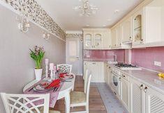 Благодаря дизайнеру Марине Саркисян, на типовой кухне уместилось все необходимое для хозяйки – и функциональный кухонный гарнитур со встроенной стиральной машиной, и полноценная обеденная зона