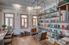 Un tema de tuberías recorre toda esta librería y cafetería