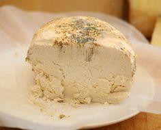 RICOTTA SALATA nasce per essere conservata più a lungo di quella fresca. Solitamente è un latticino del centro-sud italiano. La Ricotta non è un formaggio. Lo si può capire dal fatto che per ottenerla si utilizza il siero derivante dalla lavorazione del formaggio. È quindi considerata un sottoprodotto della lavorazione del latte. Storicamente il siero per fare la Ricotta veniva acidificato con l'agra, ovvero una miscela di siero e limone o aceto.