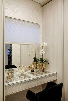 Casa Parque : Closets por Designer de Interiores e Paisagista Iara Kílaris Vanity Seat, Vanity Table Set, Cheap Bathrooms, Amazing Bathrooms, Wardrobe With Dressing Table, Dressing Rooms, Makeup Room Decor, Walk In Closet Design, Best Bathroom Vanities