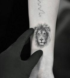 for men ✌ - Tattoo Life Lion Head Tattoos, Leo Tattoos, Body Art Tattoos, Girl Tattoos, Sleeve Tattoos, Dragon Tattoo Design Simple, Simple Lion Tattoo, Dragon Tattoo Designs, Small Lion Tattoo For Women