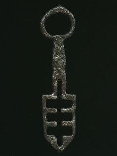 near circular bow; shield-shaped bit with symmetrical aperture. Production Date: Late Medieval; Antique Keys, Vintage Keys, Vintage Tools, Under Lock And Key, Key Lock, Cles Antiques, Old Keys, Free Museums, Knobs And Knockers