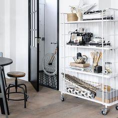 Wauw, wat een gave winactie van @basiclabel.nl Deze stock trolley Large wit staat al heel lang op mijn verlanglijstje.  Ik ben al een tijdje plannen aan het maken om mijn slaapkamer een opfrisbeurt te geven en deze zou daar prachtig staan ❤️. Maar in de keuken zou hij ook prachtig staan, gewoon multi inzetbaar . Ik hoop zo dat ik deze beauty mag winnen!  #basiclabelpaasactie #vtwonen #trolley #wishlist #whiteinterior #basiclabel