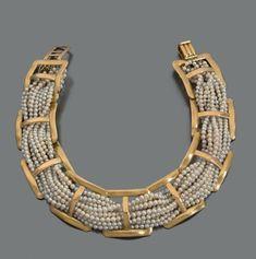RENÉ BOIVIN ANNÉES 1950 Collier de chien de dix rangs de perles de culture passant dans neuf maillons quadrangulaires d'or jaune 18K. Signé. Longueur: 34 cm environ Largeur: 3 cm environ Poids brut: 152,2… - Pierre Bergé & associés - 18/11/2015
