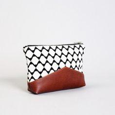 Mit der Utensilientasche BANCO WHITE hast du alles Wichtige immer griffbereit.Aus hochwertigem Gobelin mit robustem PU-Boden und Baumwollfutter eignet sie sich hervorragend als Kosmetiktäschchen oder Organizer für Deine Handtasche.Maße:Breite: 19cmHöhe: 11cmPflege:Bitte nur Handwäsche um die PU- und Lederelemente nicht zu beschädigen.Alle TAHTI Produkte werden nach eigenem Design und in liebevoller Handarbeit im Dortmunder Atelier gefertigt.Bild: Alexandra Breitenstein