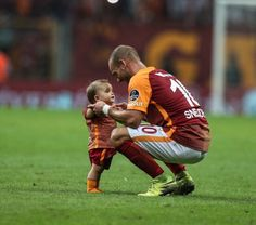"""✨⚽️ ~ Sneijder : """"Xess Xavi at home want to hit consistently ball. It was the first word of the ball after a father. More coming to the game. It was almost 1 year old. It's not a baby. Football Pictures, 1 Year Olds, Football Players, Picture Quotes, Karma, Soccer, Let It Be, Instagram, Ua"""