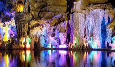 Reed Flute Cave, Guilin, China – Com mais de 180 milhões de anos, esta caverna de calcário natural na China tem inscrições muito antigas nas paredes e ganhou iluminação colorida mais recentemente, o que a tornou uma grande atração turística.