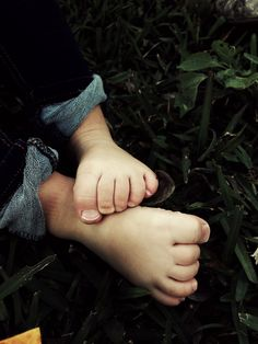 mylifesequations:  grass + bare feet = just another 80 degree winter's day in houston
