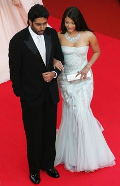 Aishwarya Rai attends 'My Blueberry Nights' Premiere at the International Film Festival in Cannes on May 2007 in white strapless dress by Giorgio Armani Prive Aishwarya Rai Cannes, Aishwarya Rai Images, Aishwarya Rai Photo, Actress Aishwarya Rai, Aishwarya Rai Bachchan, Bollywood Stars, White Strapless Dress, Star Wars, International Film Festival