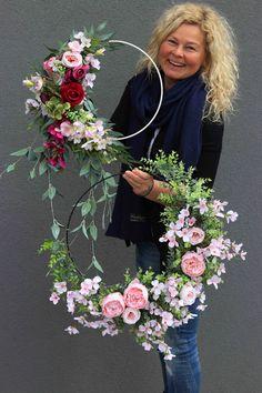 Flower Arrangement Designs, Flower Arrangements, Wedding Cake Display, Diy Crafts Hacks, Floral Hoops, New Years Decorations, Flower Garlands, Easter Wreaths, Summer Wreath