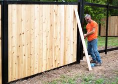Check out some of the most beautiful privacy fences on the planet. Combine wood, bamboo, composite, etc. with classic metal framework. House Fence Design, Modern Fence Design, Patio Design, Hot Tub Backyard, Backyard Fences, Outdoor Landscaping, Landscaping Ideas, Steel Fence Posts, Privacy Fences