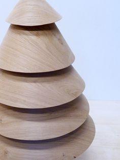 S'inspirant de la symbolique des jeux en bois de notre enfance, ce sapin joue sur un design tout en rondeur. Chloé a ici exploité la souplesse du placage de chêne pour créer ces formes circulaires superposées qui s'inscrivent avec douceur dans l'univers de Noël.  Design : Chloé Saulais Réalisation : Alain Le Bellec & Chloé Saulais