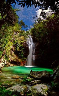 Cachoeira de Santa Bárbara... Fica dentro da Comunidade Kalunga, distante 28 km de Cavalcante/GO, na Chapada dos Veadeiros, possui 35 metros de queda e impressiona pelo tom azul esverdeado da água. É ótima para mergulho ou apenas contemplação. O sol bate no poço entre 10h e 13h, deixando o local ainda mais encantador.